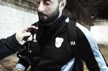 El delantero tomando un mate y hablando con la prensa después del 3-0. Foto: VAVEL.