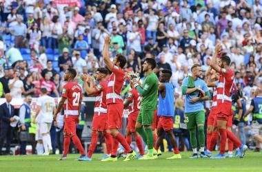 Los jugadores agradeciendo a la afición su apoyo. Foto: Granada CF