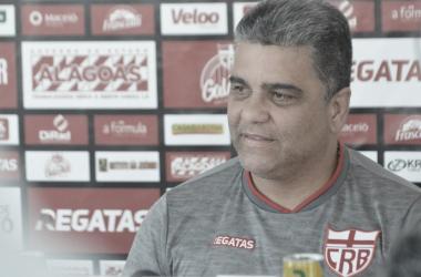 Marcelo Cabo cita falta de critério em arbitragem no empate contra Vitória