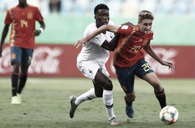 Francia y España luchan por el balón FOTO: @SeFutbol