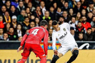 Rodrigo Moreno, delantero del Valencia, regateando al capitán del Real Madrid, Sergio Ramos. Imagen Vía: Valencia CF