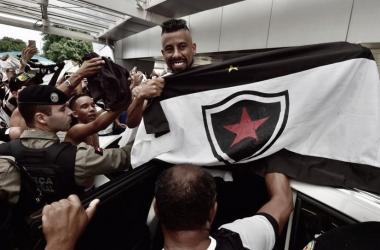 Botafogo-PB anuncia saída do experiente lateral Léo Moura