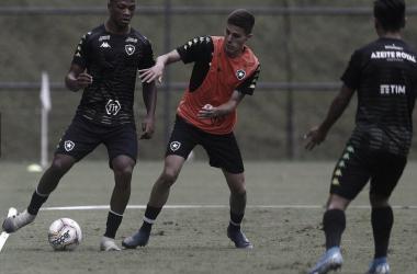 """Treinando com profissionais, jovem Maxuel celebra crescimento no Botafogo: """"Sonho de criança"""""""