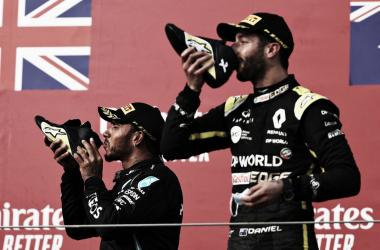 Mercedes a lo suyo y Ricciardo aprovecha el reventón de Verstappen
