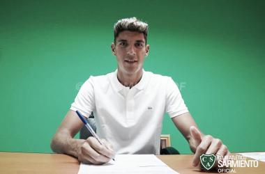 Gabriel Alanís firmando el contrato para Sarmiento de Junín