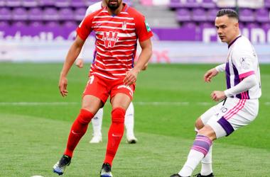 Yangel Herrera disputa un balón con Roque Mesa. Foto: Granada CF