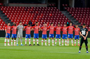 El equipo guarda un minuto de silencio antes del inicio del partido. Foto: Pepe Villoslada / Granada CF