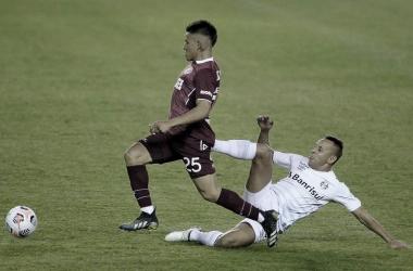 """<span class=""""com-text  --caption --twoxs"""">Alexander Bernabei, volante izquierdo de Lanús, intenta desequilibrar en el partido ante Gremio, por la Copa Sudamericana.</span><div><br></div>"""