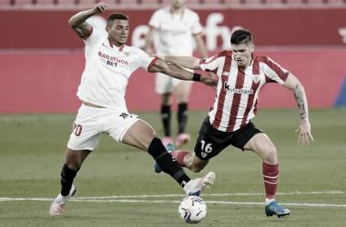 Sancet disputando un balón con Diego Carlos<div>Web: Sevilla FC</div>