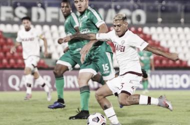 Lucas Vera, jugador del Club Lanús, previo al remate, que terminaría en gol, para la victoria 1-0, en Paraguay.