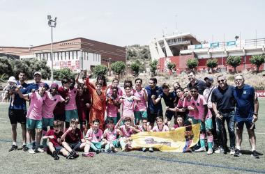 El FCB Infantil B celebrando el título en el campo del Nàstic. Foto: FC Barcelona
