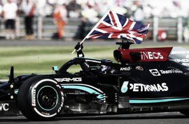 Hamilton celebrando la victoria en su GP de casa. (Fuente: f1.com)
