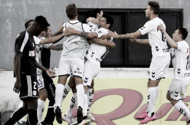Quilmes (blanco) celebrando el gol de la victoria ante Riestra (negro) en un partido del torneo 17/18. (Fuente: Web).