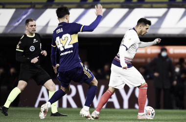 Oscar Romero (blanco) controlando la pelota con la presión de Vega (azul). De fondo Echenique (negro). (Fuente: San Lorenzo).