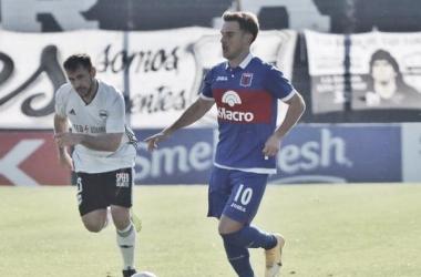 Lucas Menossi (Tigre) manejando el balón. Fuente: Tigre Prensa.