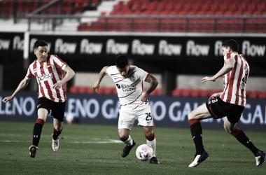 Nicolás Fernandez encarando. Imagen del partido. San Lorenzo.