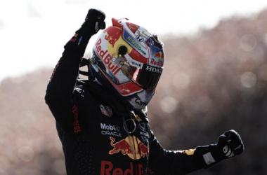 Verstappen celebrando la victoria en la recta principal. (Fuente: f1.com)
