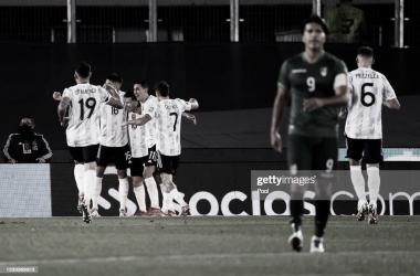 Los jugadores de la Selección (blanco) celebrando el 1er gol. Fuente: Web