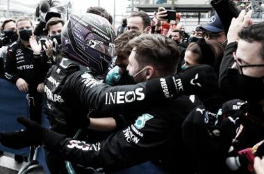 Hamilton celebrando la victoria con su equipo. (Fuente: f1.com)