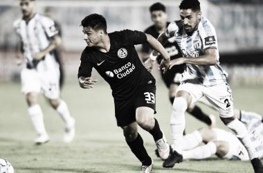 Alexander Díaz (negro) con la marca encima del hombre de Atlético Tucumán (blanco). Fuente: Web.
