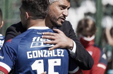 Gonzalez y Munúa se abrazan luego de lograr la victoria. (Foto: Unión)