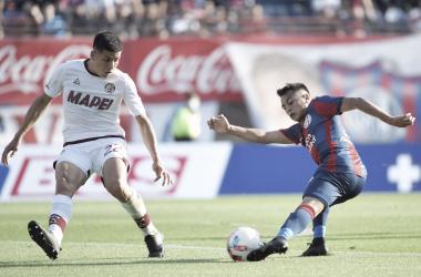Barrios(azul) pateando la pelota sobre la marca de Pérez (blanco). Fuente: San Lorenzo Twitter.