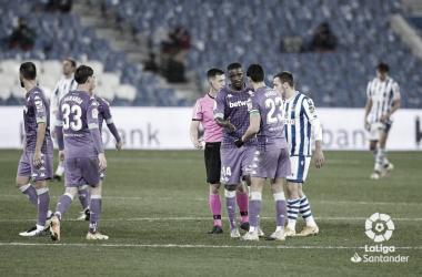 William Carvalho estrecha la mano a Mandi en el Real Sociedad - Betis. Foto: LaLiga Santander.