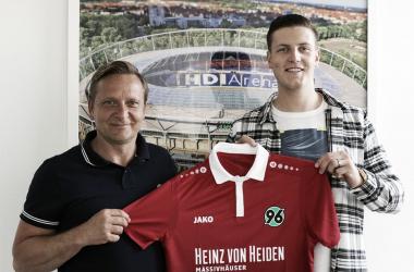 Fuente: Hannover 96, Kevin Wimmer, junto al manager Horst Heldt.