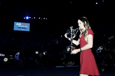 Atual campeã, dinamarquesa participou do sorteio oficial em Melbourne (Foto: Ben Solomon/Tennis Australia)