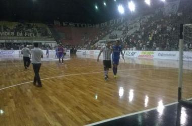 Elisandro (Corinthians) e Léo (Umuarama) conversam após o jogo