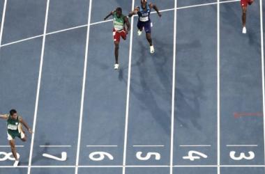 Wayde Van Niekerk wins the 400m in a world record time (image via: espn.com)