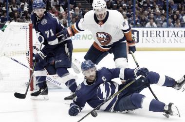 Barzal marcó uno de los dos goles de los Islanders. NHL.com