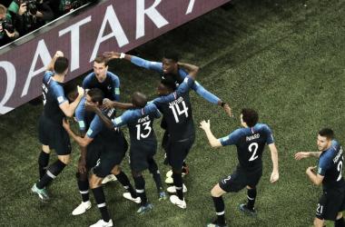 Los jugadores francesescelebrandoel gol de Umtiti. | Foto: FIFA.com