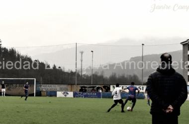 Xabi Sánchez observa el juego. | FOTO: SD Amorebieta