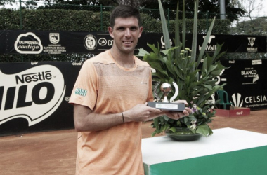 Delbonis poses with his Cali trophy (ATP Challenger Tour)