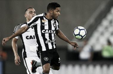 """Após exames, médico do Botafogo fala sobre retorno de Yago: """"Está liberado para treinar"""""""