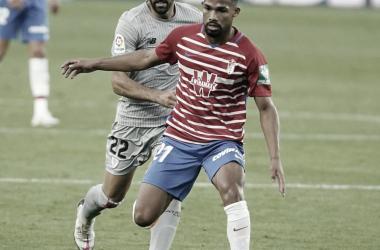 Yangel Herrera protege un balón ante Raúl García en el pasado Granada - Athletic. Foto: LaLiga Santander.