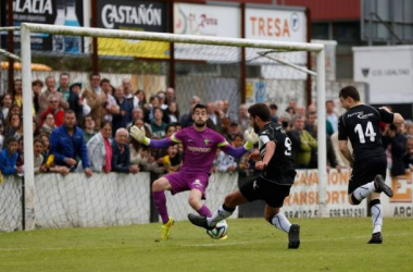 Yosu en el momento de anotar el gol de la salvación. (Foto: Irma Collin, www.lne.es)