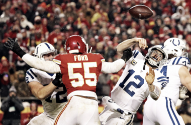 Dee Ford presionando a Luck (Foto: Chiefs)