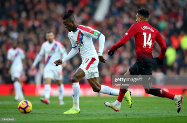 Wilfried Zaha competes with Jesse Lingard | Photo: Getty/ Alex Livesey