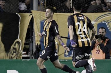 FESTEJALO ZAMPE. Fernando Zampedri festejando el gol que abría el marcador junto a Alfonso Parot&nbsp;<div>Foto: Web</div>