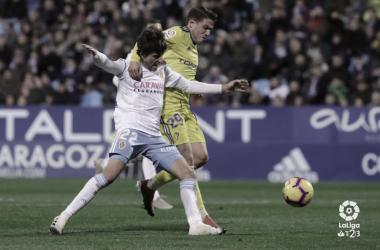 Manu Vallejo disputa un balón con Delmás | laliga.es