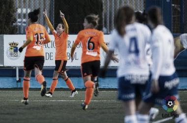 Carol Férez alzando las manos al cielo tras marcar en el partido de la primera vuelta. Fuente: Valencia CF.