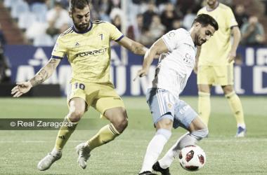 Perea y Javi Ros pugnan por un balón durante el duelo copero en La Romareda / Foto: Real Zaragoza