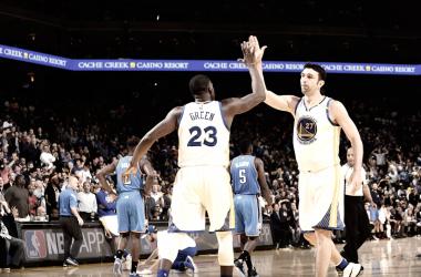 Zaza Pachulia y Dreymond Green ante los Oklahoma City Thunder/ Imagen vía Noah Graham NBA.COM
