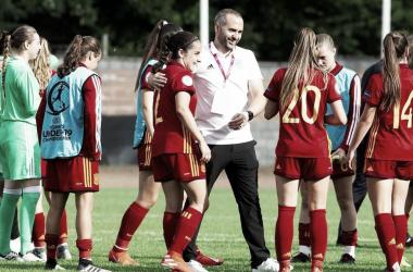 Pedro López junto a sus jugadoras en un entrenamiento. / Foto: EFE