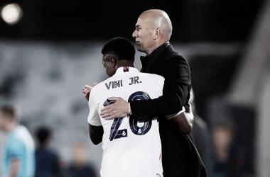 Zidane abrazando a Vinicius durante el partido | Fuente: Twitter Real Madrid.