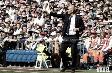 Zidane muestra órdenes con la mano a sus futbolistas I Foto: Daniel Nieto (VAVEL)