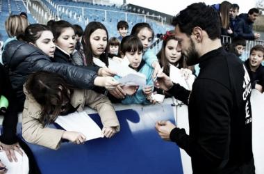 De la Bella firmando unos autógrafos. Foto: Real Sociedad