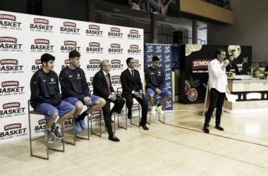 Los jugadores acompañan la presentación de Iyi Martín (Fuente: Club Estudiantes)